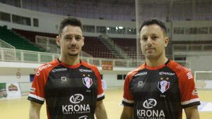 Xuxa e Leco posam com o novo uniforme do Joinville